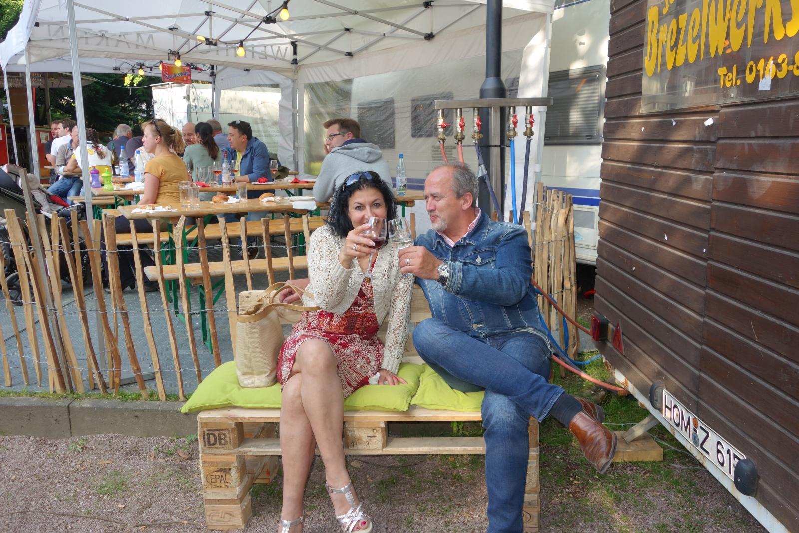 Gemeinsam genießen auf dem Bad Sodener Weinfest